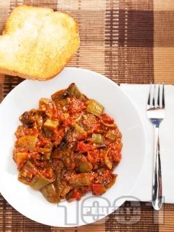 Пържени чушки с бамя в доматен сос от консерва - снимка на рецептата